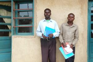 Stipendiaten Pascal und Roger vor dem Institut Superier d'Etudes Agronomique in Mweso