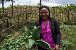 Denise auf dem Tomatenfeld in Mweso