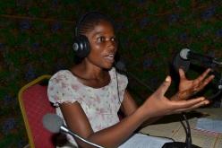 Carine während ihrer Radiosendung