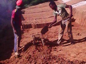 Bei der Arbeit in der Ziegelsteinbrennerei